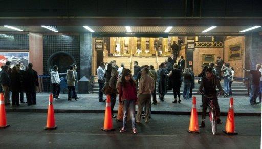 La gente permanece a la salida de un teatro de Ciudad de México tras un fuerte temblor (AFP, yuri cortez)