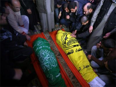 Palestinos rezan ante los cadáveres durante el funeral de los dos milicianos muertos.Foto: EFE/ALI ALI