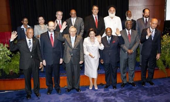 Foto oficial de la IV Cumbre CARICOM-CUBA, que se celebra en la Academia Nacional de las Artes Escénicas, en Puerto España, Trinidad y Tobago, el 8 de diciembre de 2011.   AIN FOTO/Frederic DUBRAY/AFP/