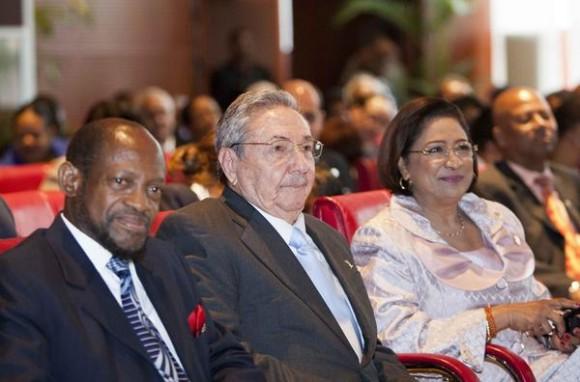 El General de Ejército Raúl Castro Ruz ©, presidente de los Consejos de Estado y de Ministros de Cuba, junto a la primera ministra de Trinidad y Tobago, Kamla Persad-Bissessa,  y el primer ministro de Saint Kitts y Nevis y presidente de la Comunidad del Caribe (CARICOM), Denzil Douglas, durante la IV Cumbre CARICOM-CUBA, en la Academia Nacional de las Artes Escénicas, en Puerto España, el 8 de diciembre de 2011.   AIN FOTO/Frederic DUBRAY/AFP/