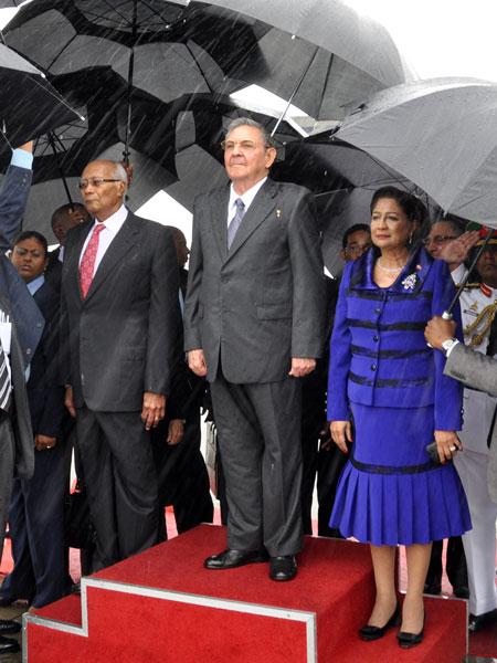 El Presidente de Trinidad y Tobago y la Primera Ministra recibieron a Raúl en el aeropuerto Piarco. Foto: Estudios Revolución