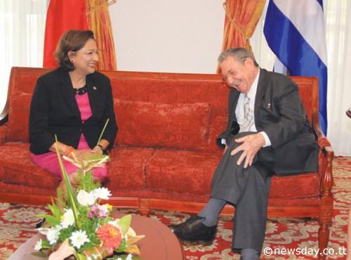 Raúl conversa con Kamla Persad-Bissessard, primera ministra de Trinidad y Tobago