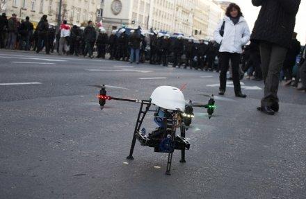 El RoboKopter 2.0 que usaron para grabar la manifestación en Varsovia lo ofrecen a unos 20.500 dólares.