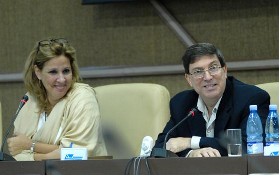 """El Ministro de Relaciones Exteriores de Cuba Bruno Rodríguez en el Taller """"Los Medios Alternativos y las Redes Sociales"""". A su lado, Ana Teresita González, vicecanciller.. Foto: Roberto Suárez"""