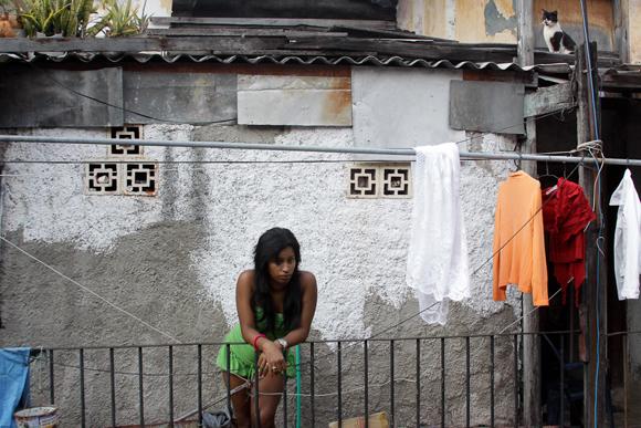 Greysi conversa con vecinas del frente. Foto: Alejandro Ramírez/Cubadebate