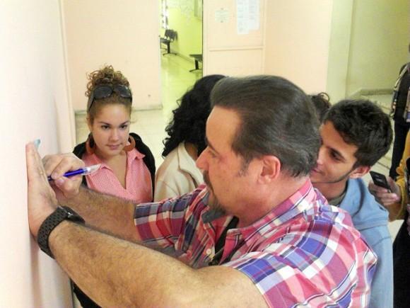Visita la Universidad de las Artes el actor cubano César Évora