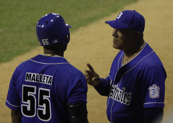 Pedro Medina, aconseja a Mayeta antes de salir a batear. Foto: Ismael Francisco/Cubadebate