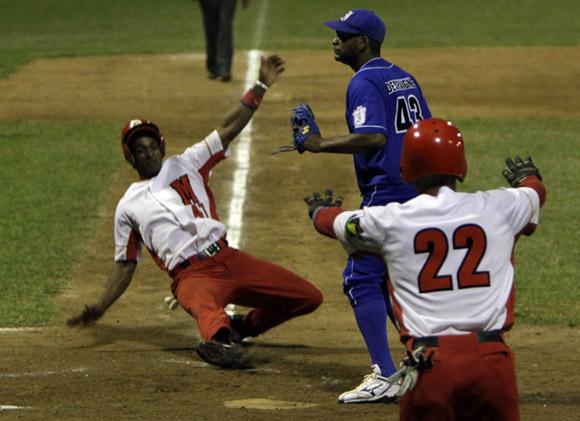 Yurisbel Gracial anota la 6ta carrera de Matanzas. Foto: Ismael  Francisco/Cubadebate