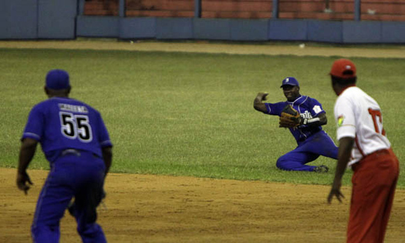 Excelente atrapada de Torriente en segunda base Foto: Ismael  Francisco/Cubadebate