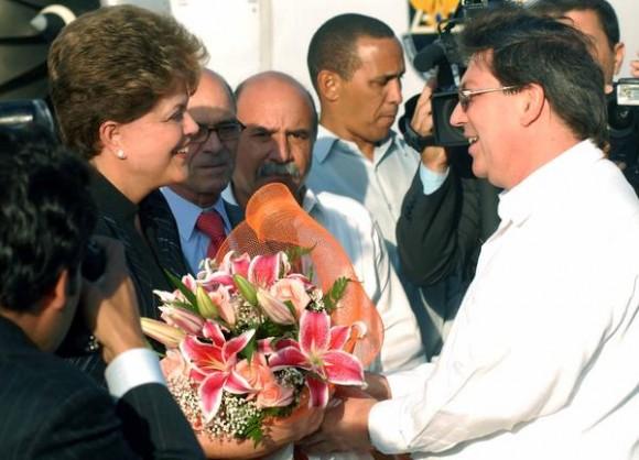 Dilma Rousseff (I), presidenta de la República Federativa del Brasil, es recibida por el canciller cubano, Bruno Rodríguez (D), a su llegada al Aeropuerto Internacional José Martí, en La Habana, el 30 de enero de 2012. La dignataria se encuentra en Cuba para cumplimentar una visita oficial.    AIN FOTO/Marcelino VÁZQUEZ HERNANDEZ/