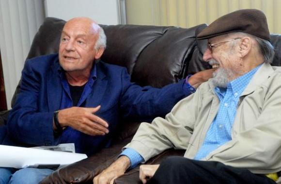 """Eduardo Galeano (I), Escritor y Periodista uruguayo, fue recibido por Roberto Fernández Retamar (D), presidente de la """"Casa de las Américas"""",  el 12 de enero de 2012, en el aeropuerto """"José Martí"""" de La Habana  AIN FOTO/Oriol de la Cruz ATENCIO"""