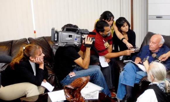 """Eduardo Galeano (D), Escritor y Periodista uruguayo, ofreció declaraciones a la prensa, al arribar a Cuba, el 12 de enero de 2012, en el aeropuerto """"José Martí"""" de La Habana  AIN FOTO/Oriol de la Cruz ATENCIO/"""