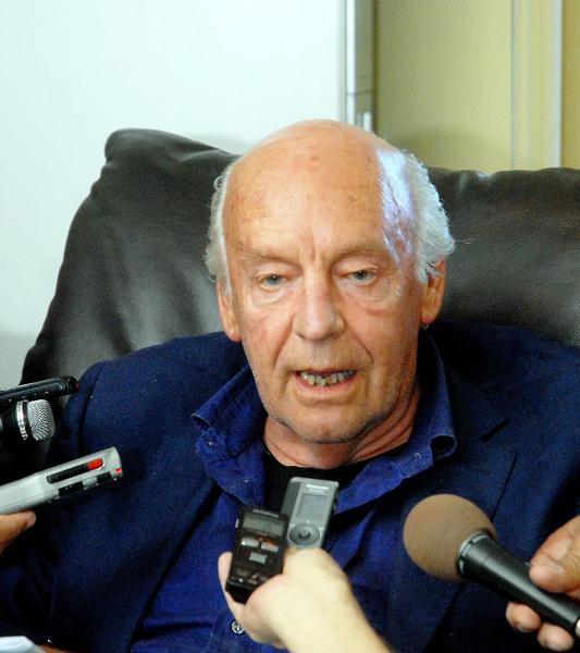 """Eduardo Galeano, Escritor y Periodista uruguayo, ofreció declaraciones a la prensa, al arribar a Cuba, el 12 de enero de 2012, en el aeropuerto """"José Martí"""" de La Habana  AIN FOTO/Oriol de la Cruz ATENCIO"""