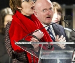 LA LEGISLADORA, Gabrielle Giffords, junto a su esposo, Mark Kelly, en una velada en la Universidad de Arizona. DAVID WALLACE / AP