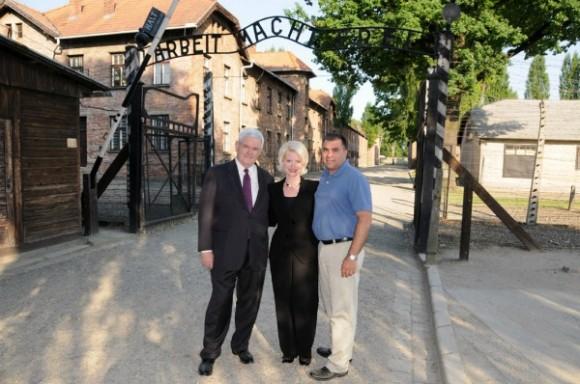 Gingrich en Auscwitz muy sonriente, como si estuviera en Disneylandia.