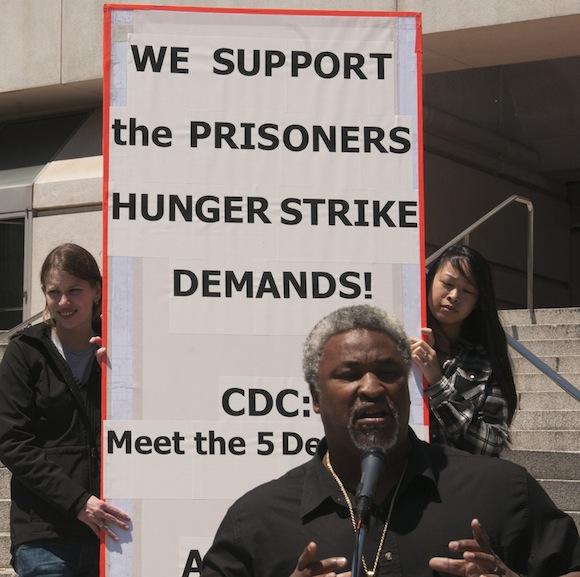 Un activista llamado Jerry habla en un mitin de demostrar solidaridad con los huelguistas de hambre en las escaleras del Empire State en San Francisco 01 de agosto. La manifestación se llevó a cabo entre las dos vueltas de la huelga, la primera fue en julio y la segunda, que estuvo acompañado por al menos 12.000 presos en todo el estado, 26 de septiembre comenzó y terminó en cerca de 15 de octubre. La solidaridad es necesaria ahora más que nunca, teniendo en cuenta un número creciente de informes de represalias contra los huelguistas. - Foto: Felix Barrett, Revolución