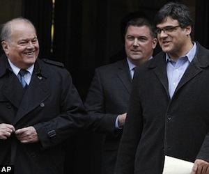El ex agente de la CIA John Kiriakou, a la derecha, y sus abogados Plato Cacheris, a la izquierda, y John Hundley, al salir de la corte federal en Alexandria, Virginia, el martes. Foto: AP