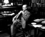 El escritor británico John Ronald Reul Tolkien, en su estudio de Oxford. Foto: GETTY