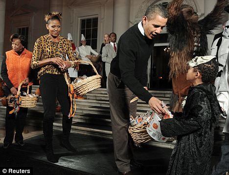 Los Obama repartiendo bolsitas de Halloween en Washington DC. Foto: Reuters