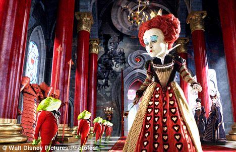 """el tema de """"Alicia en el país de las Maravillas"""", para la cual fue contratado Johnny Depp como el Sombrerero Loco y Tim Burton para la decoración."""