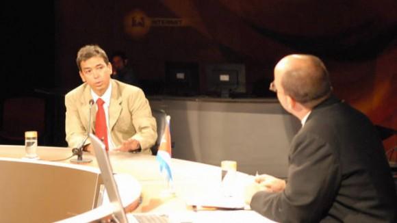 Reinier González, durante una presentación en la Mesa Redonda de la Televisión Cubana.