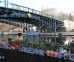 """""""Puente de Rosa Luxemburgo"""" un paso de peatones sobre el Landwehrkanal, el canal construido en Berlín a mediados del siglo XIX para aliviar la carga de circulación sobre el río Spree"""