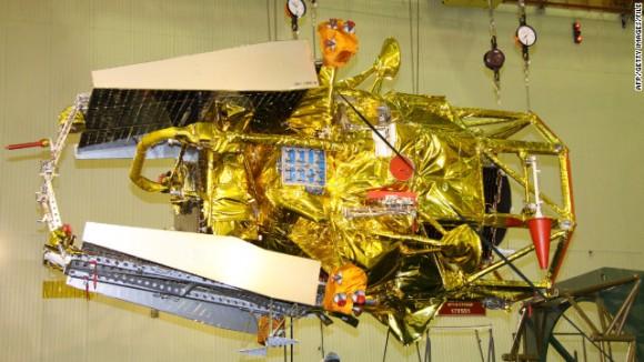 Especialistas de la Agencia Espacial Federal Rusa trabajan en la nave espacial Fobos-Grunt en octubre pasado.