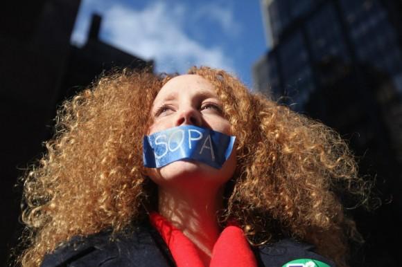 UNa mujer protesta contra las leyes antipiratería de EEUU. Mario Tama/AFP