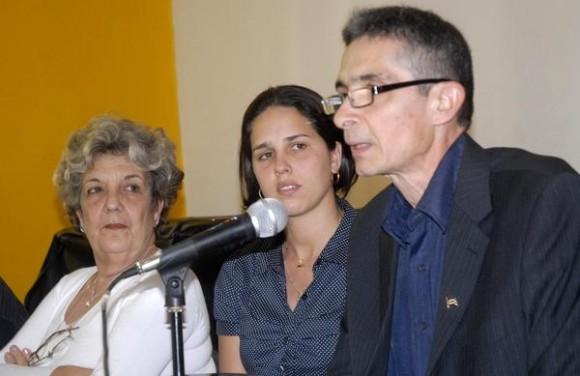 Luis Enrique  Ramos (D), autor del libro  Fidel Castro ante los desastres naturales, Sindy Medina ( C ), editora y Gisela Alanzó, presentadora, en La Casa del Alba, La Habana, Cuba, 14 de junio de 2012  AIN   FOTO/Arelys María ECHEVARRIA RODRIGUEZ/