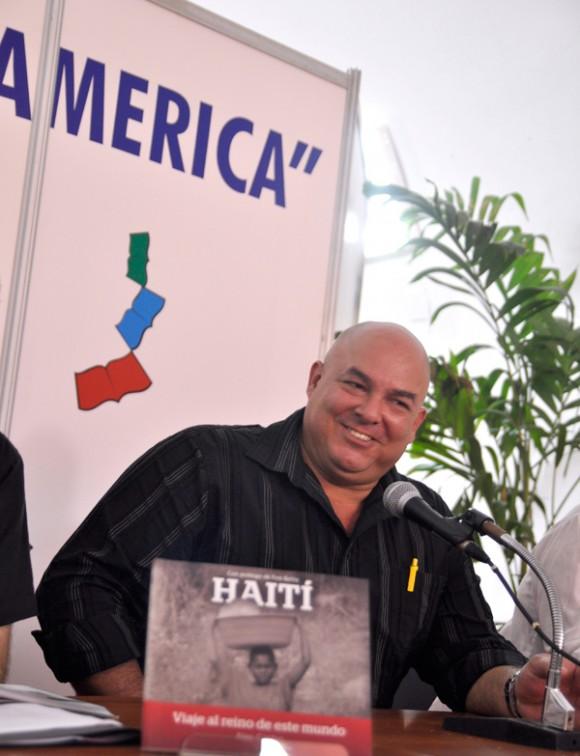 Alex Castro en la Feria Internacional del Libro de La Habana. Foto: Kaloian