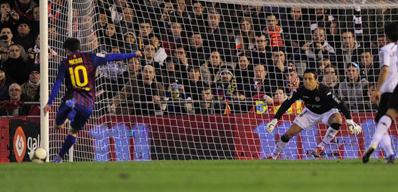 Messi falla un penalti en el partido de ida de las semifinales de la Copa del Rey en Mestalla