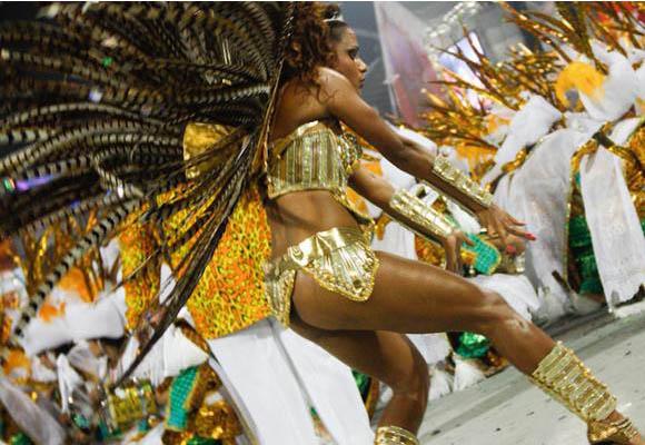 Las escuelas de samba desfilan en el carnaval, ante los ojos de miles de curiosos