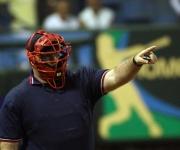 Luis Cesar Valdez, arbitro que trabajo detras de Home, en partido de Beisbol donde Industrilaes derroto a Villa Clara 3 carrerar por 2, en el Estadio Latinoamericano, La Habana, Cuba. PLFOTO/ Ismael Francisco.