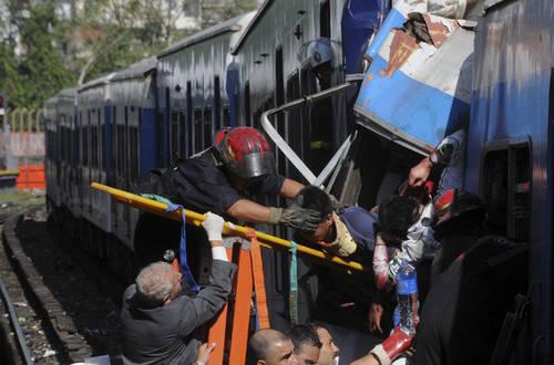 Elementos del cuerpo de bomberos rescatan a las personas que quedaron atrapadas en los vagones del tren que esta mañana chocó en la terminal ferroviaria Once de la capital Argentina, con un saldo de al menos 49 muertos y 600 lesionados. Ap