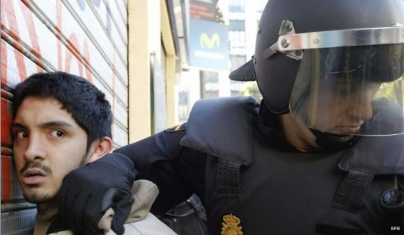 Brutal represión contra estudiantes en Valencia, España. Foto: Público