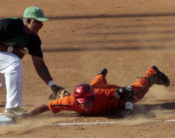 Jose Dariel Abreu de Occidentales, pone out al oriental Yuniet Perez en primera base. Foto: Ismael Francisco
