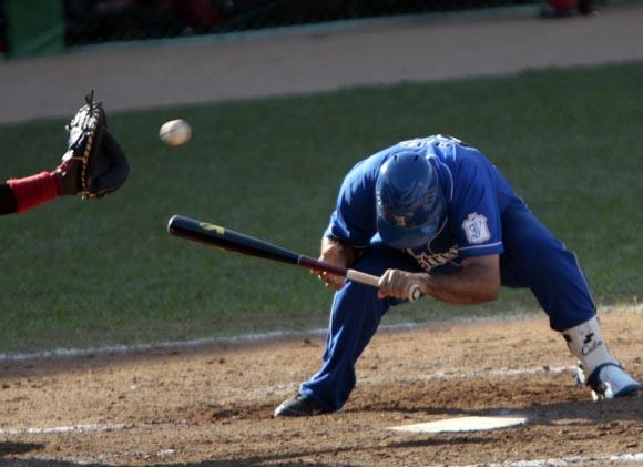 Serguei Perez se agacha tras un lanzamiento por la cabeza. Foto: Ismael Francisco