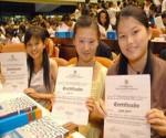 Veinticuatro jóvenes chinos recibieron hoy sus títulos de licenciados en Lengua Española de la Universidad de La Habana (UH), como nuevo fruto de un programa de colaboración iniciado en 2006.