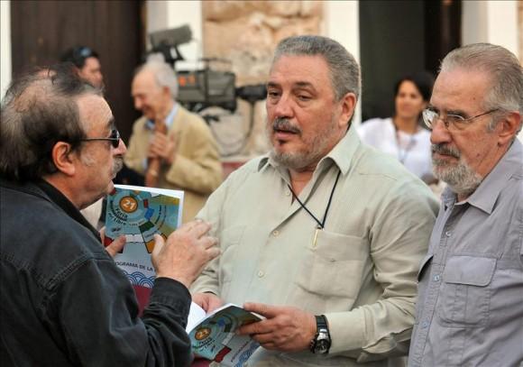 Fidel Castro Díaz-Balart (c) conversa con Ignacio Ramonet (i), y con el politólogo argentino Atilio Borón (d), este 09 de enero en la inauguración de la XXI edición de la Feria Internacional del Libro de La Habana. Foto: EFE
