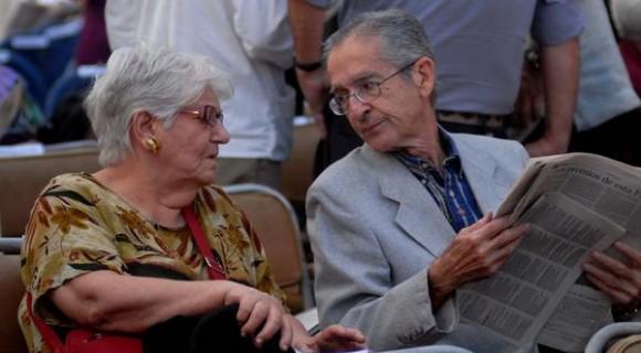 La historiadora y musicóloga Zoila Lapique, Premio Nacional de Ciencias Sociales 2002, junto al investigador, ensayista, crítico y editor, Ambrosio Fornet, Premio Nacional de Literatura, y a los cuales está dedicada la XXI Feria Internacional del Libro de la Habana, durante la inauguración, en la Fortaleza San Carlos de la Cabaña, el 9 de febrero de 2012.  AIN FOTO/ Omara GARCIA MEDEROS/