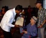 Luis Carbonell recibe condición de Hijo Ilustre de Santiago de Cuba. Foto: Sergio MartínezFoto: Sergio Martínez