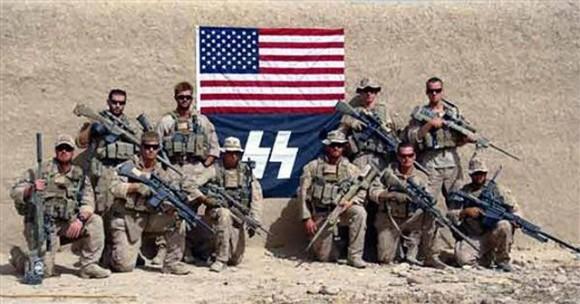 En la imagen la unidad de especializada de francotiradores del cuerpo de Marines retratados junto a la bandera de Estados Unidos unida a la del símbolo nazi.
