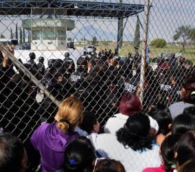 La incertidumbre se apoderó de los familiares de los presos, que aguardaban en las afueras del penal