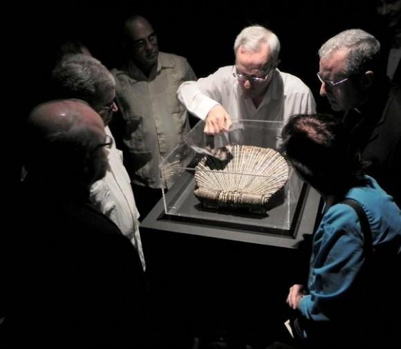 Eusebio Leal Spengler (C), historiador de la ciudad de La Habana, muestra el Porta Misal de Cristóbal Colón a los asistentes a la inauguración de la exhibición, en el Museo de La Ciudad, en La Habana Vieja, Cuba, el 4 de febrero de 2012. AIN FOTO/Tony HERNÁNDEZ MENA