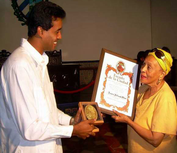 Omara Portuondo recibe Escudo de la Ciudad