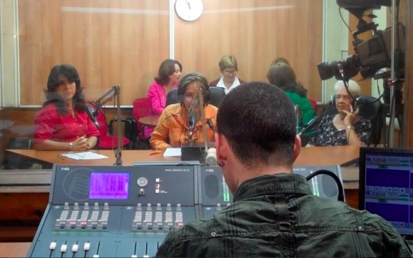 """Programa """"La luz en la oscuridad"""" de Radio Rebelde, dedicado al Día de los Enamorados, con familiares de los Cinco. Foto: David Vázquez"""
