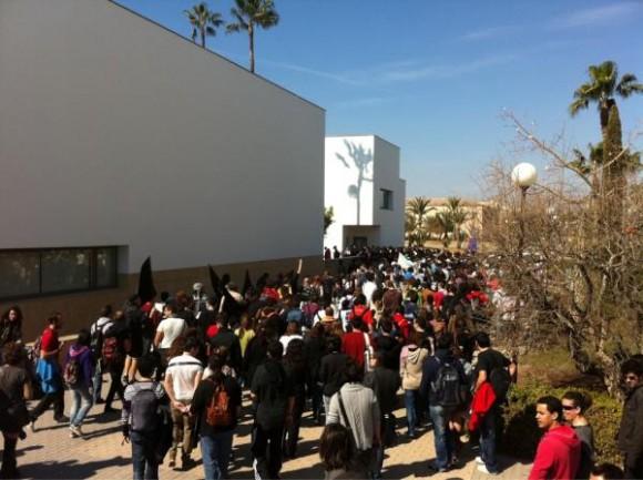 Los manifestantes de la UA se meten ahora en el Rectorado. Foto: @lainformación/ Twitter