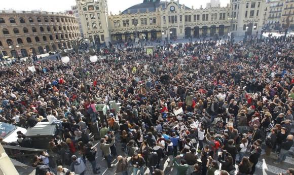 Los estudiantes se han vuelto a concentrar a las puertas del Instituto Lluís Vives de Valencia. Foto: CARLES FRANCESC