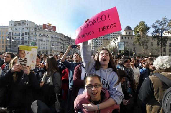Los estudiantes, en el centro de Valencia, en una nueva protesta contra los recortes en la Educación y las intervenciones policiales. Foto: CARLES FRANCESC