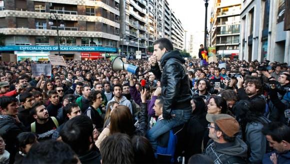 Estudiantes se concentran frente a la delegación del Gobierno, en la calle Colón de Valencia. Foto: MÓNICA TORRES